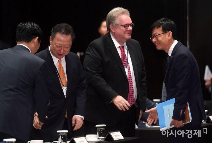 [포토] 참석자들과 인사하는 김상조 위원장