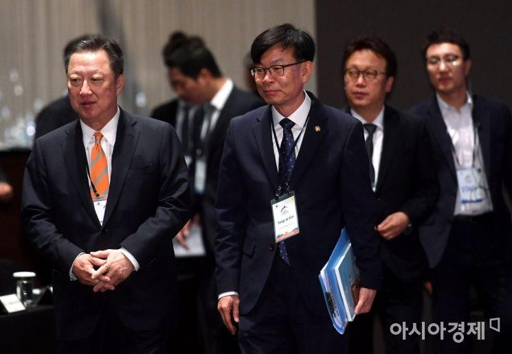 [포토] 서울국제경쟁포럼 참석하는 박용만-김상조-민병두