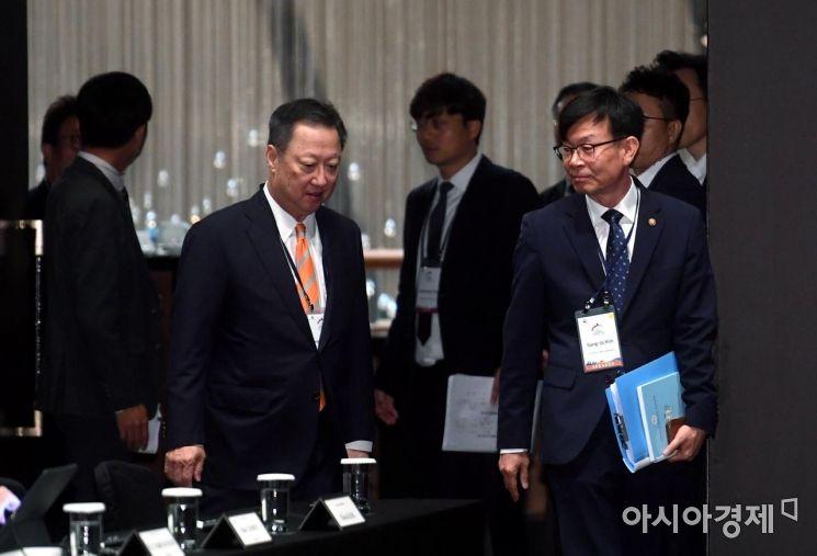 [포토] 서울국제경쟁포럼 참석하는 김상조-박용만