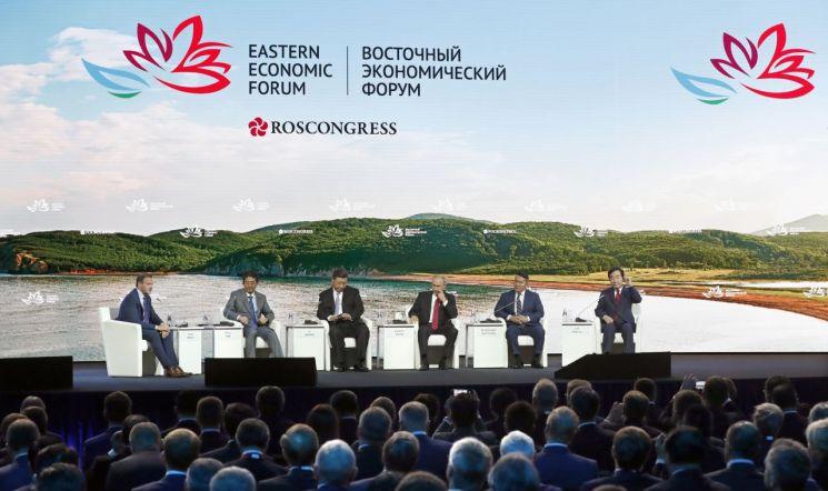 오른쪽 부터 이낙연 국무총리, 칼트마 바트톨가 몽골 대통령,블라디미르 푸틴 러시아 대통령, 시진핑 중국 국가주석, 아베 신조 일본 총리 [이미지출처=EPA연합뉴스]