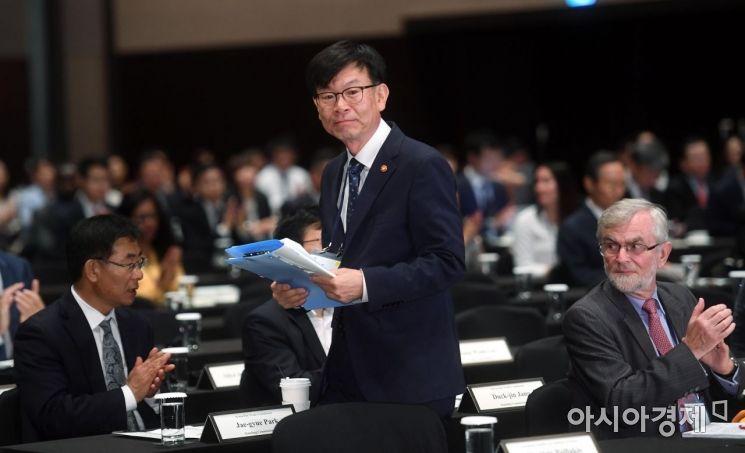 [포토] 단상 향하는 김상조 위원장