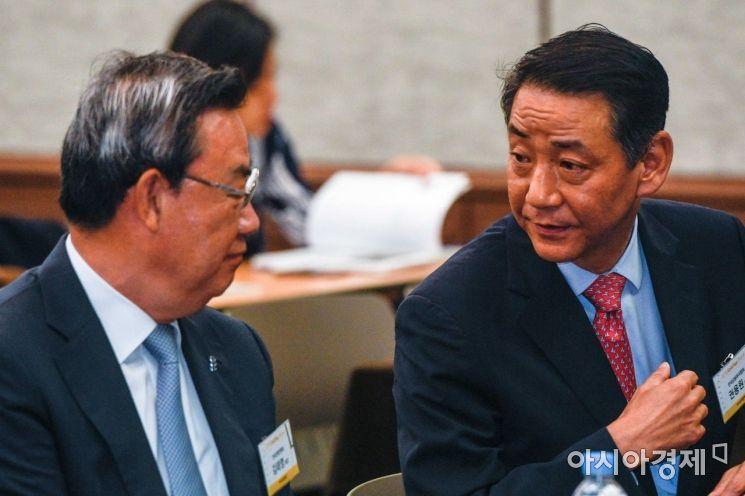 [포토]대화하는 권용원 금융투자협회장-김태영 은행연합회장