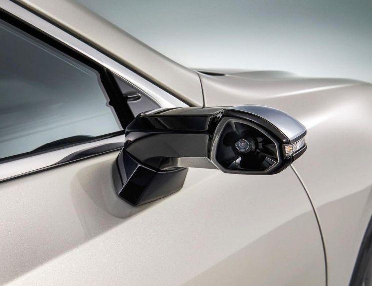 도요타자동차의 '렉서스' 신형 세단 'ES' 사이드미러 자리에 장착된 카메라(사진=도요타자동차).