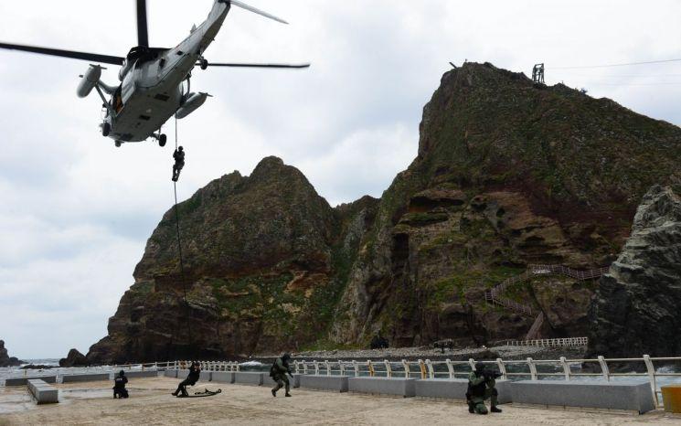 독도와 인근 해역에서 정례 독도방어훈련에 돌입한 해군과 해병대의 모습. [이미지출처=연합뉴스]