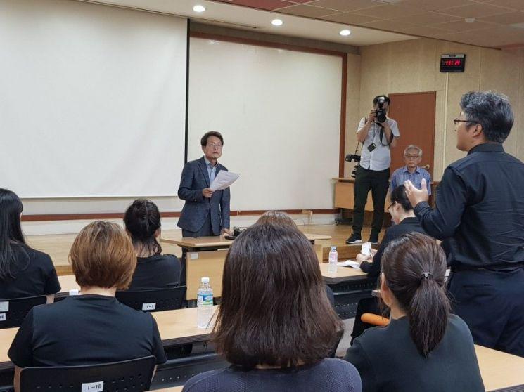 조희연 서울시교육감이 14일 오전 종로구 서울시교육청을 항의 방문한 상도 유치원 학부모들과 면담을 하고 있다.