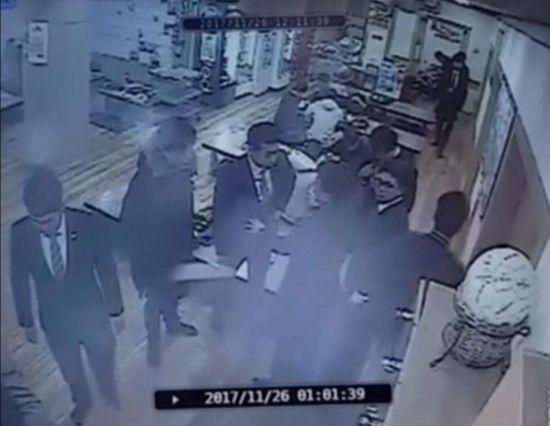 논란이 된 '곰탕집 성추행 사건' CCTV 화면.