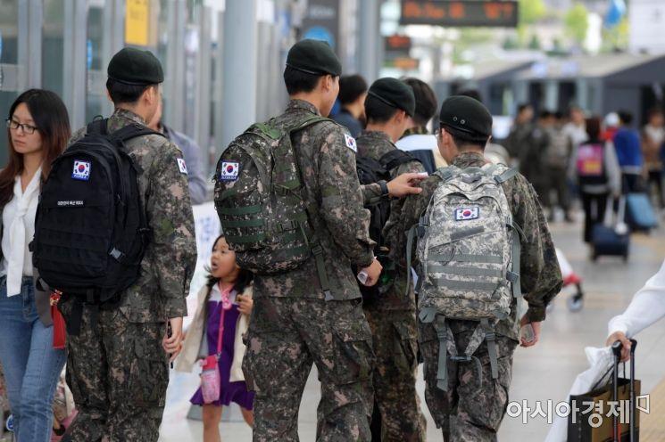 서울역에서 휴가를 마친 군인들이 열차를 타기 위해 이동하고 있다. /문호남 기자 munonam@