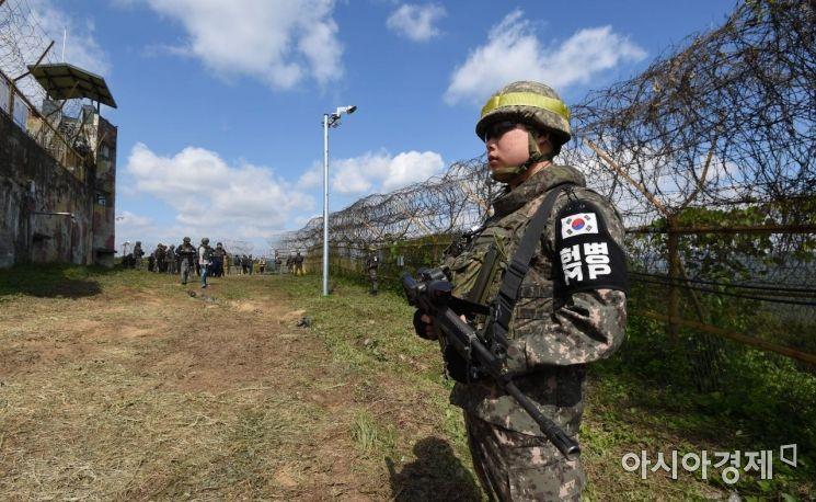 한 장병이 지뢰제거작업 현장 주변에서 경계근무를 서고 있다./철원=사진공동취재단