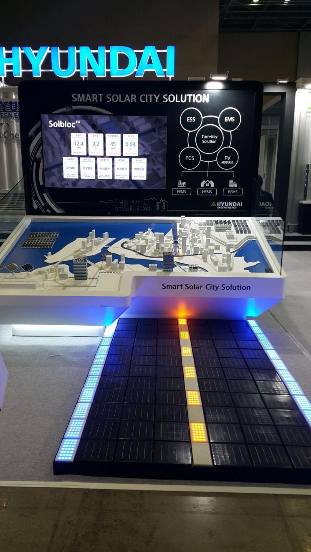 현대중공업 그린에너지가 '2018 대한민국 에너지 대전'에서 선보인 노면형 태양광 모듈 '솔블록'.