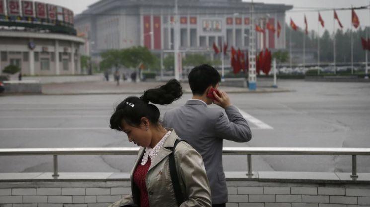 휴대폰을 이용하고 있는 평양 시민의 모습. 사진 = AP/연합뉴스