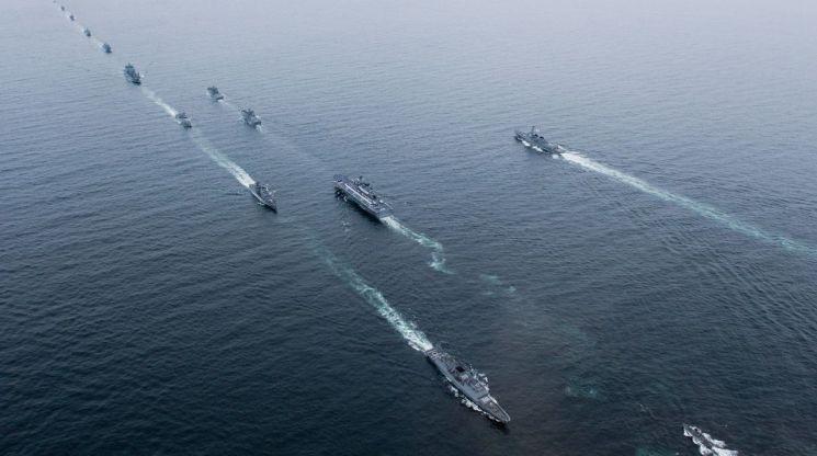 [양낙규의 Defence Club]美 항모 등 함정 39척 집결한 국제관함식