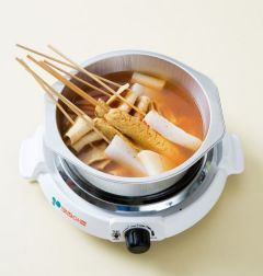 4. 국물이 끓으면 분량의 양념장 재료를 섞어 넣고 꼬치를 넣어 10분 정도 끓인다. 대파를 넣고 소금으로 간한다. (Tip.해물한스푼은 해물로 만든 감칠 맛 나는 천연 액상 양념이다. 해물한스푼이 없다면 국간장으로 대신하면 된다. )