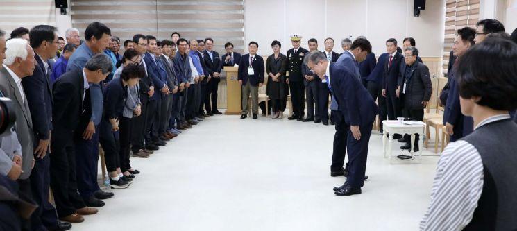 문재인 대통령이 11일 제주특별자치도 서귀포 강정마을 커뮤니티센터을 찾아 주민들을 향해 고개 숙여 인사하고 있다. 사진=연합뉴스