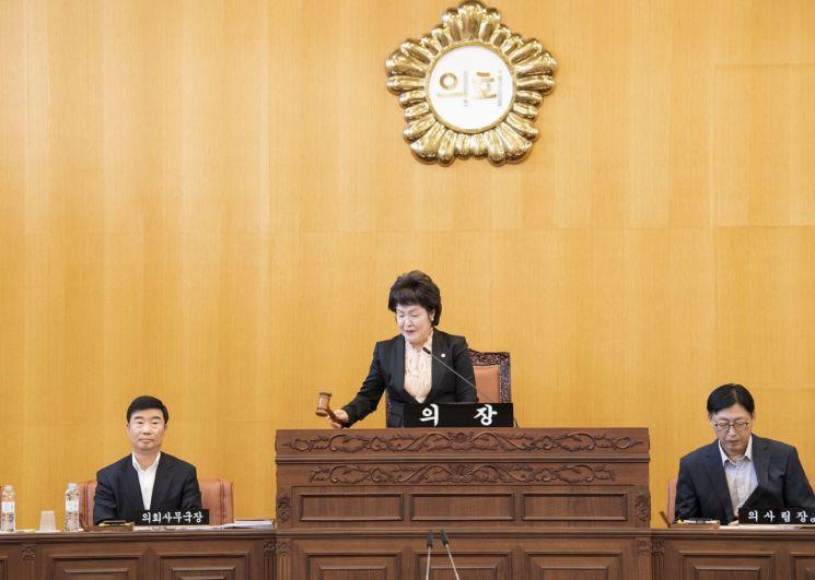 제220회 임시회 제1차 본회의를 진행하고 있는 전은혜 부의장