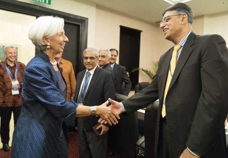 11일(현지시간) 오후 국제통화기금(IMF)-세계은행(WB) 연차총회가 열리고 있는 인도네시아 발리에서 크리스틴 라가르드 IMF 총재(왼쪽)와 아사드 우마르 파키스탄 재무장관이 회담에 앞서 악수하고 있다. [이미지출처=EPA연합뉴스]