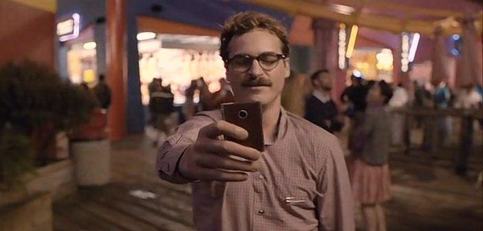 영화 '허(HER)'에서 남자 주인공인 테오도르가 인공지능(AI) 운영체제 '사만다'와 연애를 하고 있는 장면.