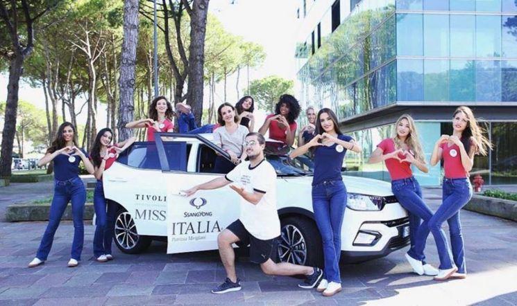 쌍용차 이탈리아대리점은 지난달 17일(현지시간) 이탈리아 밀라노에서 열린 '2018 미스 이탈리아' 선발대회에 후원사로 참여, 대회 공식차량으로 티볼리 15대를 제공했다. 사진은 2018 미스 이탈리아 본선 진출자들과 대회 진행자가 티볼리를 배경으로 촬영을 하는 모습