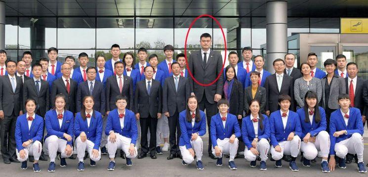 8일 평양에 도착한 중국 체육대표단. 붉은 원은 중국의 농구스타 야오밍. [이미지출처=연합뉴스]
