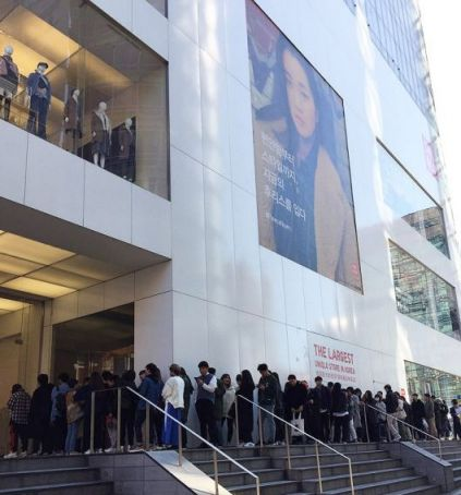 12일 유니클로 플래그십 스토어 명동중앙점 앞에서 약 150명의 소비자들이 유니클로 U 2차 라인업을 구입하기 위해 대기줄을 형성했다.