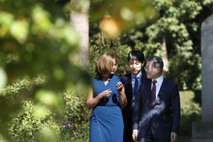 문재인 대통령이 12일 오전 청와대에서 영국 BBC와 인터뷰를 하고 있다.  사진=연합뉴스
