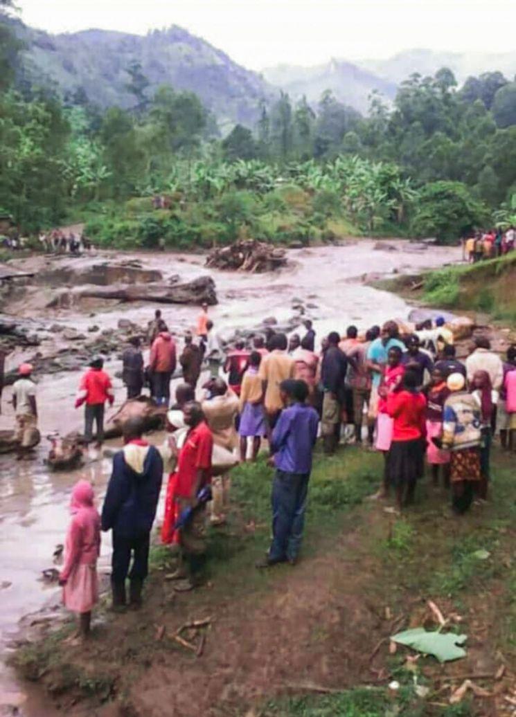 폭우로 강물이 범람한 우간다 동부 부두다 지역의 부칼라시 타운에서 11일(현지시간) 주민들이 강둑이 무너진 현장을 바라보고 있다. [이미지출처=연합뉴스]