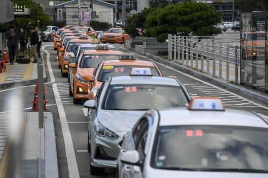 카카오의 카풀사업 진출에 반대하는 전국 택시업계 종사자들이 24시간 운행중단에 나선 18일 서울역 택시승차장에 택시가 손님을 기다리고 있다./강진형 기자aymsdream@