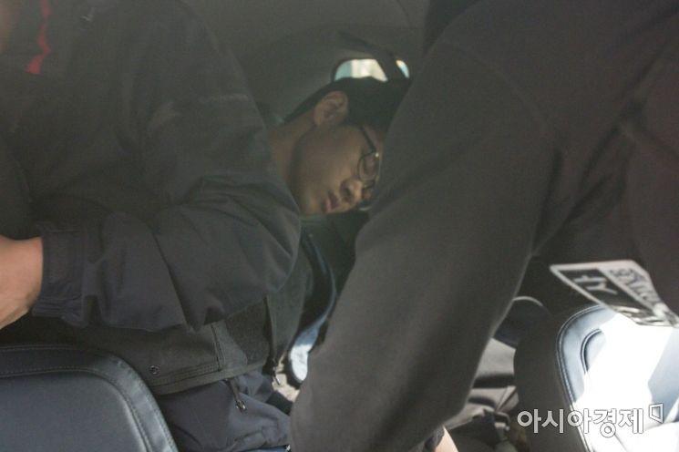 강서구PC방에서 아르바이트생을 살해한 혐의를 받는 김성수(29)씨가 정신감정을 받기 위해 22일 서울 양천경찰서를 나서고 있다. 한편 서울 강서경찰서는 심의위원회를 열고 김성수의 신상정보를 공개했다./강진형 기자aymsdream@