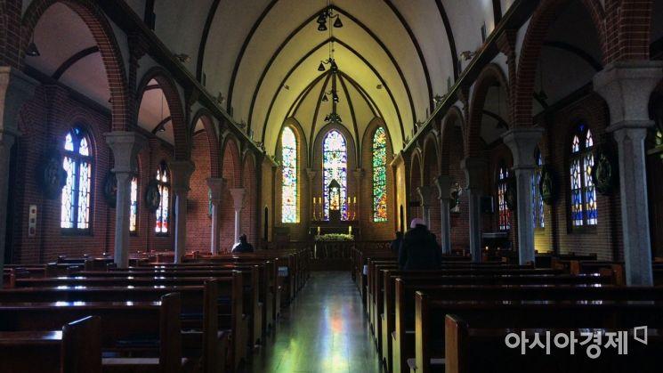한국 최초의 가톨릭 성당인 약현성당 내부의 모습. 사진 = 김희윤 기자