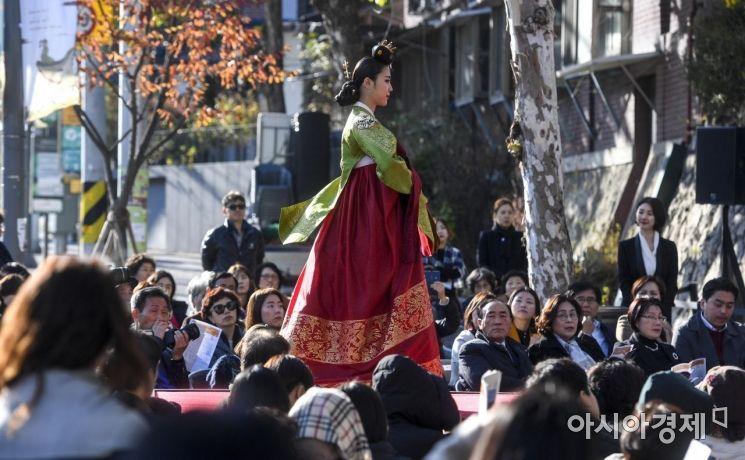 [포토] 깊어가는 가을과 왕실옷 패션쇼