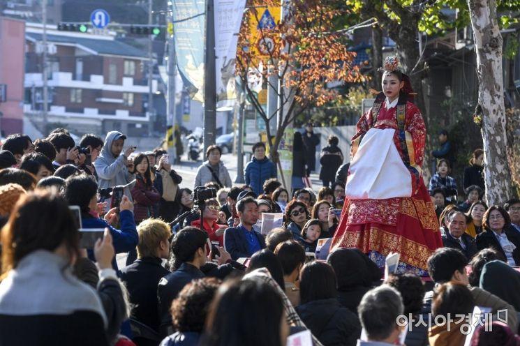 [포토] 깊어가는 가을 '조선 왕실옷 패션쇼'
