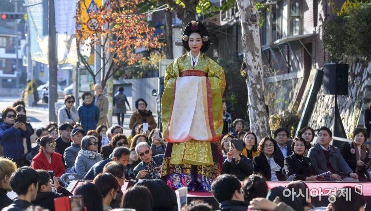 [포토] 거리에서 즐기는 패션쇼