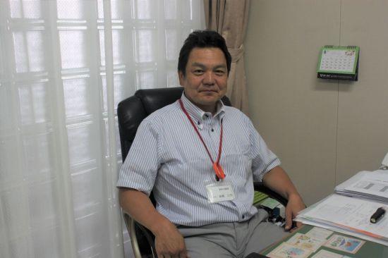 사회복지법인 청양회의 타카하시 미유키(高橋三行) 이사. 그의 목엔 치매(인지증) 서포터를 의미하는 주황색 고리가 걸려있다.