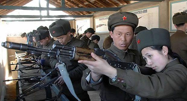 북한의 한 여성 노농적위대원이 총기를 점검하고 있다(사진=연합뉴스).