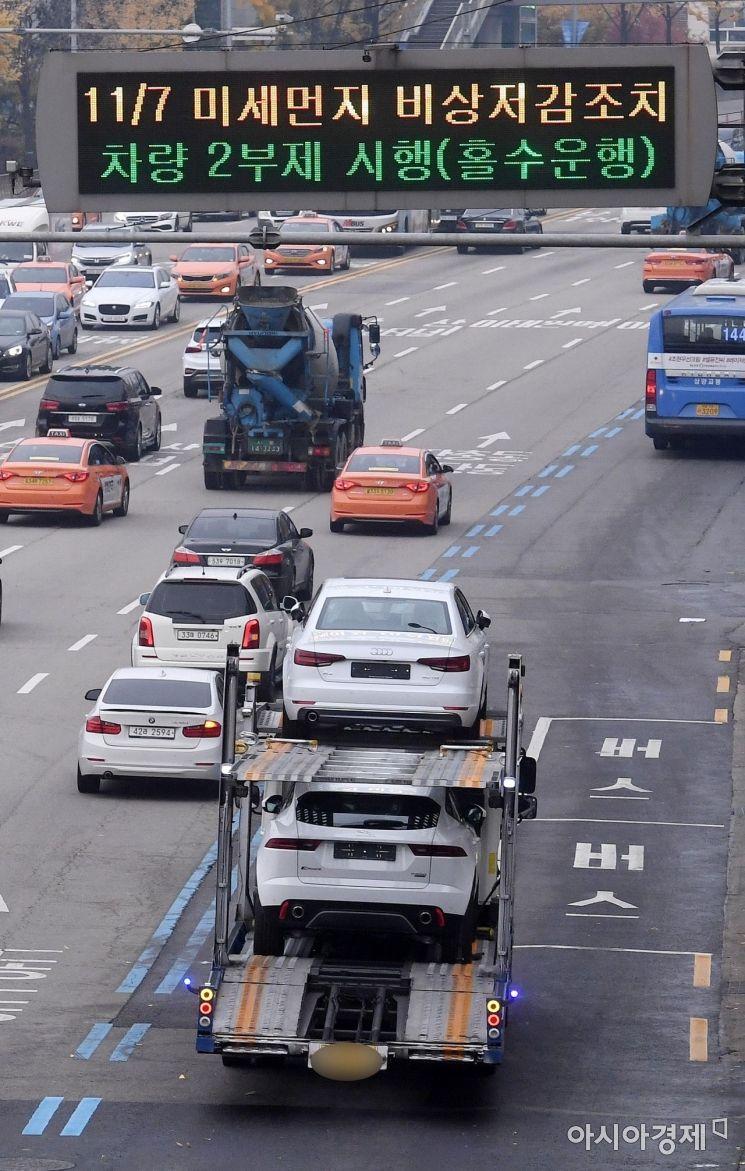 수도권 지역에 미세먼지를 줄이기 위한 '비상저감조치'가 발령된 7일 서울 용산구 한남대로 전광판에 차량 2부제 시행 등 안내가 표시되고 있다. 공공기관 주차장이 폐쇄되고, 서울에서는 2005년 12월 이전에 등록한 2.5t 이상 노후 경유차의 운행이 금지됐다./김현민 기자 kimhyun81@