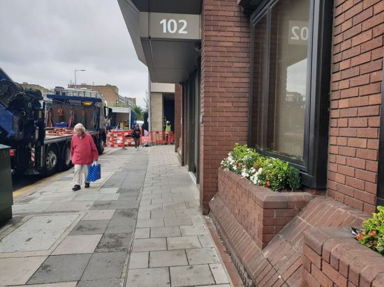 영국 런던의 킹스크로스 인근 거리를 거니는 노인.