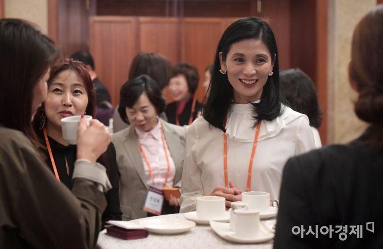 8일 서울 중구 롯데호텔에서 아시아경제 주최로 열린 '2018 아시아여성리더스포럼'에서 강수진 국립발레단 예술감독 등 참석자들이 티타임을 갖고 있다. /문호남 기자 munonam@