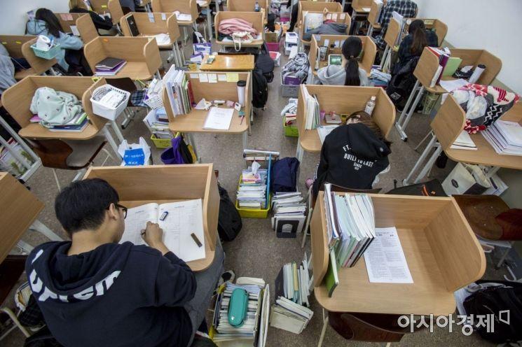 2019 대학수학능력시험을 앞둔 5일 서울 동작구 노량진종로학원에서 수험생들이 시험준비를 하고 있다./강진형 기자aymsdream@