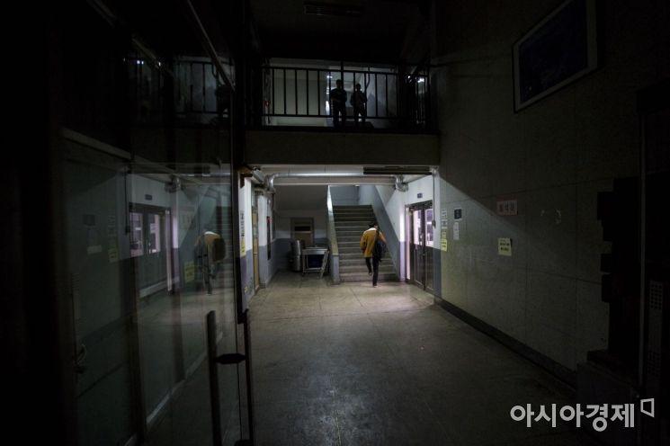 2019 대학수학능력시험을 앞둔 6일 서울 서대문구 한성고등학교에서 고3 수험생들이 야간자율학습을 하기 위해 자습실로 들어서고 있다./강진형 기자aymsdream@