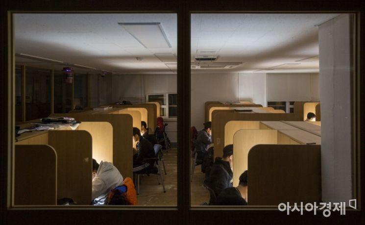 2019 대학수학능력시험을 앞둔 6일 서울 서대문구 한성고등학교에서 고3 수험생들이 야간자율학습을 하고 있다./강진형 기자aymsdream@