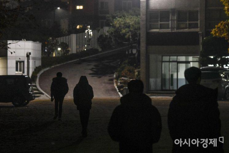2019 대학수학능력시험을 앞둔 6일 서울 서대문구 한성고등학교에서 야간자율학습을 마친 고3 수험생들이 하교 하고 있다./강진형 기자aymsdream@