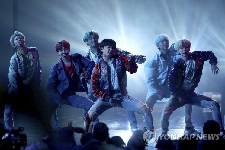 지난해 11월19일(현지시간) 미국 캘리포니아주 로스앤젤레스에서 열린 '2017 아메리칸 뮤직 어워드'에서 방탄소년단(BTS)이 열정적인 미국 데뷔 무대를 선보이고 있다. 사진=연합뉴스