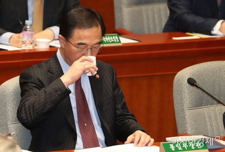 조명균 통일부 장관이 9일 국회 예결위 전체회의에 출석, 속이 타는 듯 물을 마시고 있다./윤동주 기자 doso7@