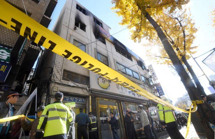 9일 서울 종로구 관수동 고시원 화재현장에서 경찰들이 출입을 통제하고 있다. 소방 당국은 이날 화재로 7명이 사망하고 11명이 다쳤다고 밝혔다./김현민 기자