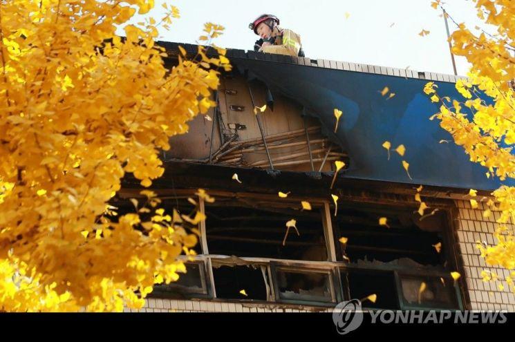 9일 오전 화재가 발생한 서울 종로구 관수동의 국일고시원서 경찰 및 소방 관계자들이 현장 감식을 벌이고 있다.사진은 인명 피해가 컸던 3층 고시원 창밖이 그을린 모습.사진=연합뉴스