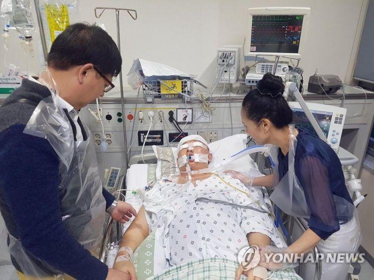 부산 해운대에서 만취한 운전자가 몰던 차량에 치인 윤창호 씨가 10일 넘게 병원 중환자실에서 누워 있는 모습. 지난 10월5일 윤 씨 부모가 뇌사상태인 아들의 손을 잡으며 안타깝게 바라보고 있다. 사진=연합뉴스