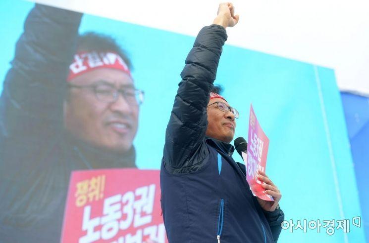 [포토]구호 외치는 김명환 민주노총 위원장