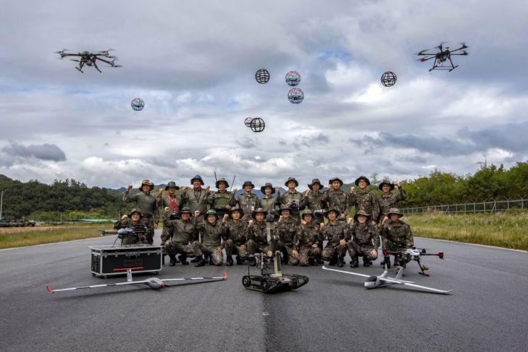 지난달부터 임무수행에 들어간 육군 드론봇 전투단. 80여명 규모의 드론봇 전투단은 대정보대대 등과 함께 내년 출범하는 지상작전사령부의 정보분야를 지원하는 역할을 맡았다.<사진:육군 제공>