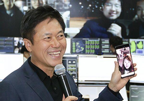 """박정호 SK텔레콤 사장은 1일 직접 5G스마트폰 시제품을 통해 5G망을 시연하며 """"감개무량하다""""고 했다."""