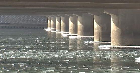 얼음은 왜 물속은 얼지 않고 수면 위에만 어는 것일까요? [사진=유튜브 화면캡처]