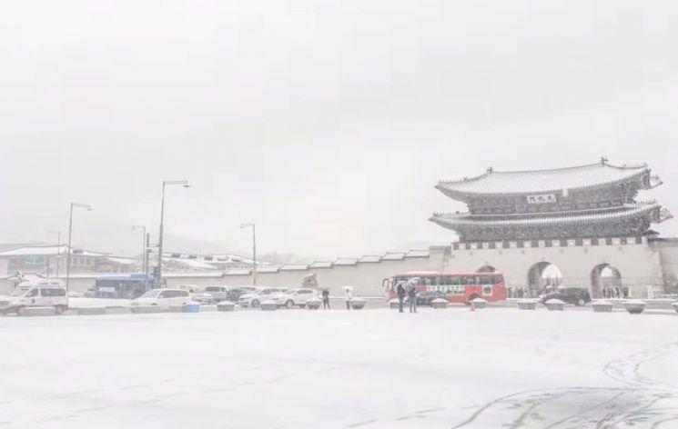 눈이 오는 날은 어쩐지 날씨가 더 포근한 느낌이 드는데 이는 느낌 아니라 실제로 더 따뜻하다고 합니다. [사진=유튜브 화면캡처]